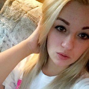 image Une blonde se fait malmener par les potes de son frere